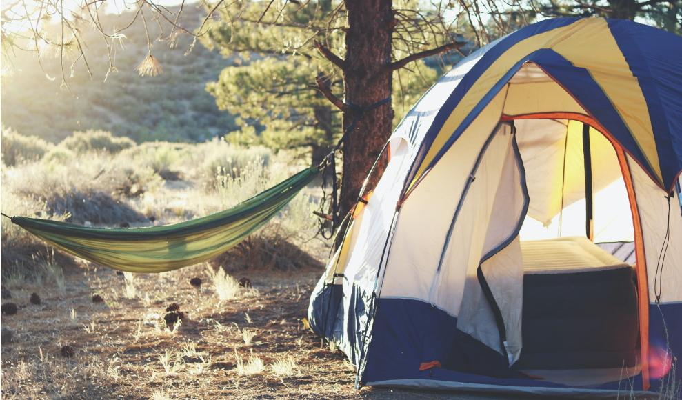 Jak zadbać o higienę podczas podróży? Wyjazd pod namiot